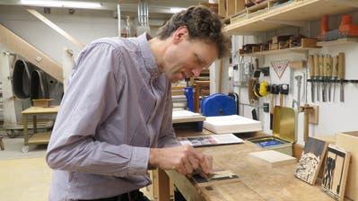 Möbelschreiner Florian Hunziker hat sich für seine kreative Arbeit in ein Badhüsli in Romanshorn zurückgezogen. ((Bild: ChristineLuley))