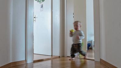 Das Haus steht Kopf: Den Schweizer Familien machen hohe Mietkosten oft zu schaffen. (Bild: Boris Bürgisser)