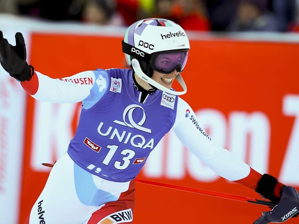 Michelle Gisin freut sich nach ihrem gelungenen zweiten Slalom-Lauf in Lienz