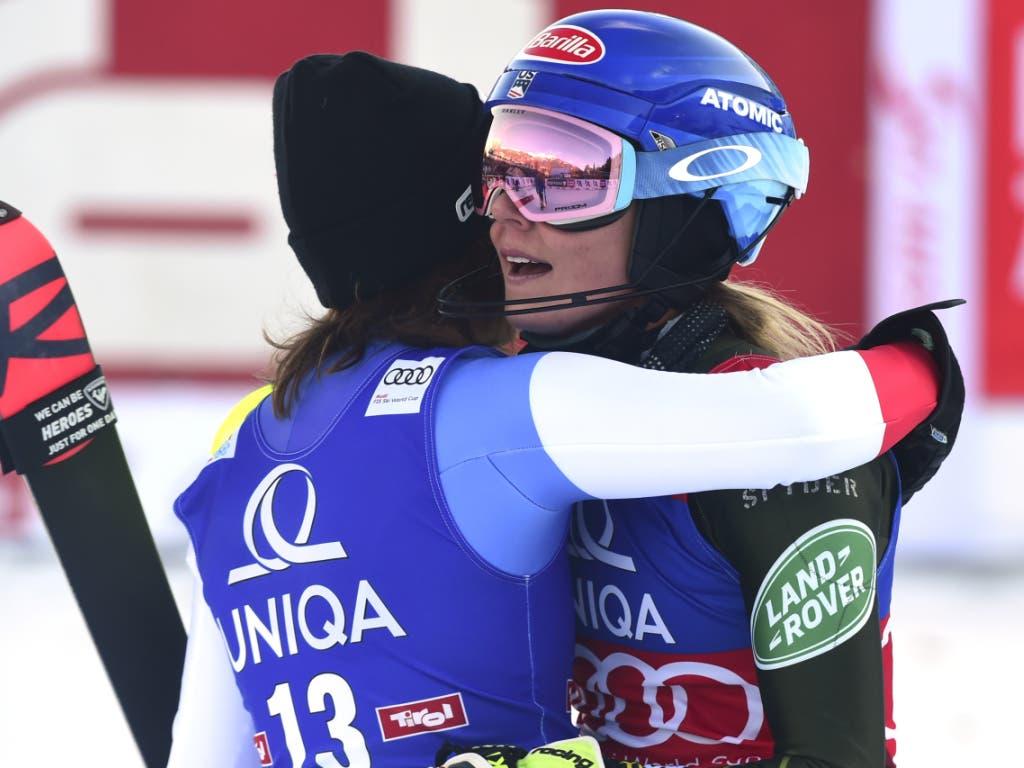 Michelle Gisin umarmt Siegerin Mikaela Shiffrin