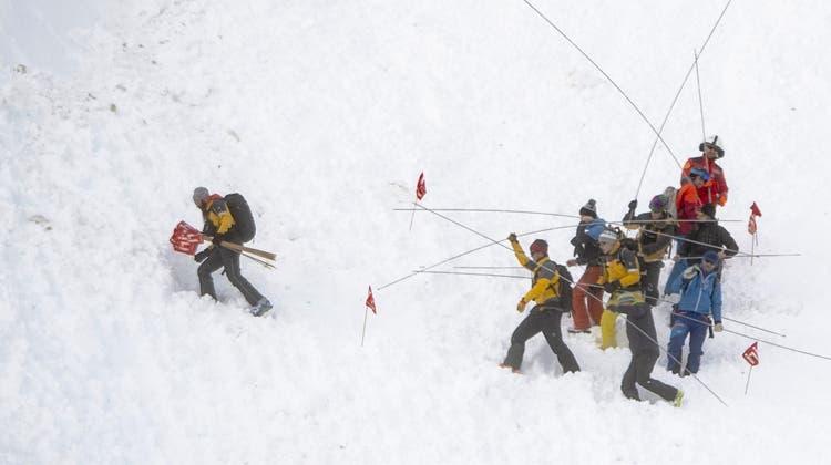 Beim Lawinenunglück in Andermatt wurden sechs Personen verschüttet – wie durch ein Wunder konnten alle geborgen werden. (Quelle: keystone)