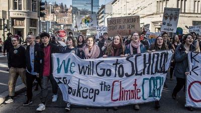 Einer von mehreren Klimastreiks in St.Gallen: Jugendliche führen den Demonstrationszug an. (Bild: Michel Canonica, 15. Februar)