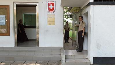 Sicherheitsleute vor der Schweizer Botschaft in Colombo, Sri Lanka. (Bild: Anthony Anex/Keystone)