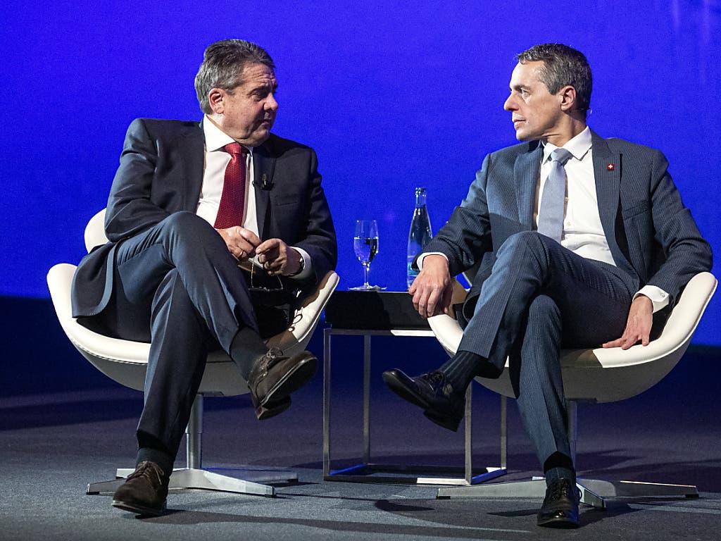 Sigmar Gabriel und Ignazio Cassis während einer Diskussionsrunde am Europa Forum.