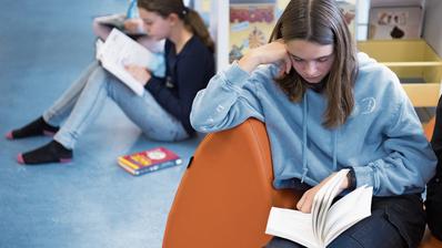 Lesen gehört nicht zu den Stärken der Schweizer Jugend – wobei die Mädchen besser abschneiden als ihre männlichen Altersgenossen. (Bild: Laurent Gillieron/Key)