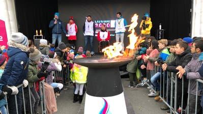Das olympische Feuer brennt: Auf der Bühne stehen die Athleten Nadine Fähndrich, Michael Schmid, Marcel Hug und Mario Gyr (von links). (Markus Kälin)