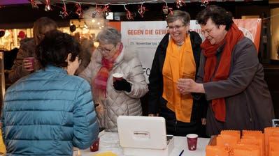 Gelungene und gut besuchte Standaktion gegen Gewalt an Frauen in der Metzgergasse in Buchs. (Reto Beer)