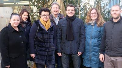 Mitglieder des Organisationskomitees des Frauenfelder Weihnachtsmarktes mit Präsident Simon Biegger (3.v.r.) freuen sich auf das letzte Adventswochenende. ((Bild: Stefan Hilzinger))