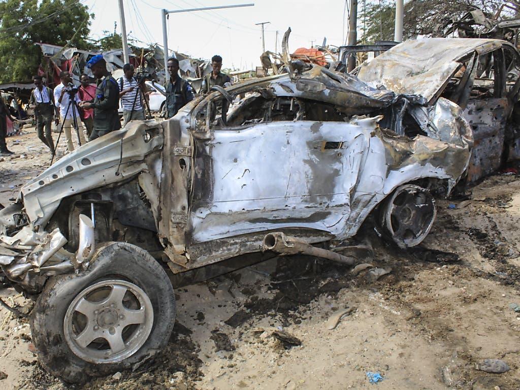 Bei einem verheerenden Anschlag mit einem Sprengstoff beladenen Lastwagen in der somalischen Hauptstadt Mogadischu starben am Samstag knapp hundert Menschen.