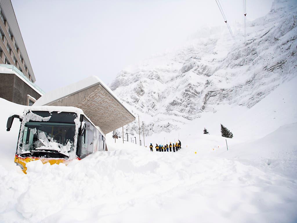 11. Januar 2019, Schwägalp: Eine Rettungskolonne sucht am Tag nach der Lawine nach verschütteten Personen. Ein Postauto wurde von der Wucht der Schneemassen an die Wand des Hotels «Säntis» gedrückt.