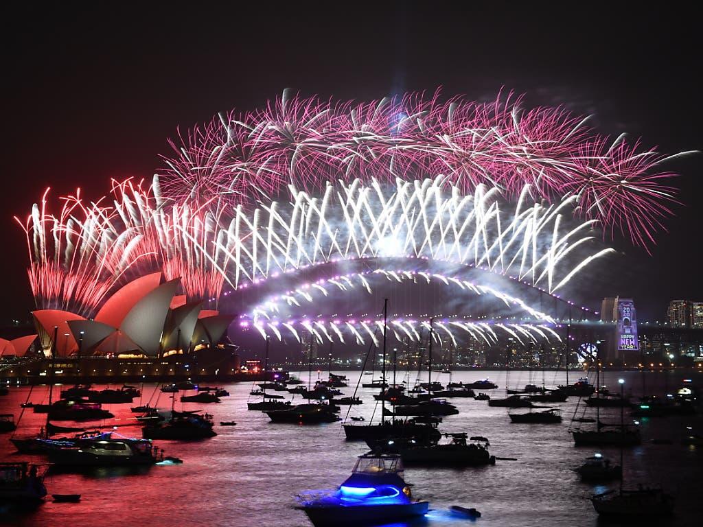 Trotz der verheerenden Buschbrände in Australien schossen in der Grossstadt Sydney Feuerwerkskörper in die Luft.