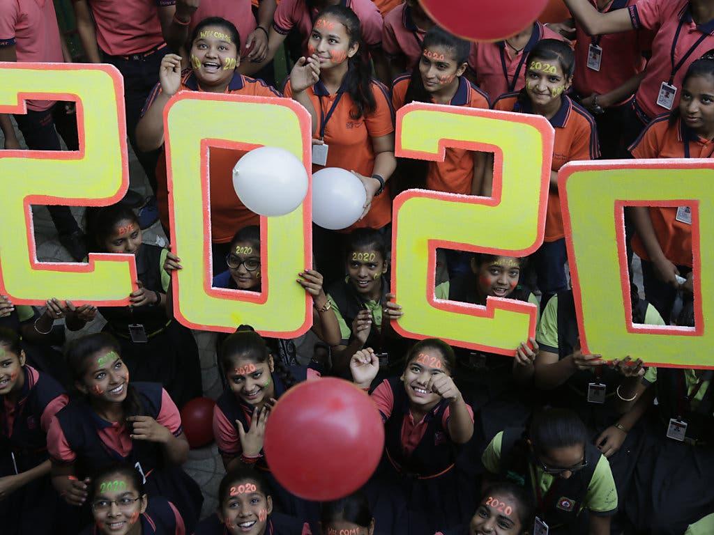 In Indien begrüssen Schulkinder an einem Anlass das neue Jahr.