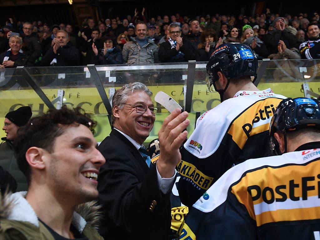 Ambris Präsident Filippo Lombardi (Bildmitte) zeigt sich vom Spengler-Cup-Auftritt der Leventiner begeister