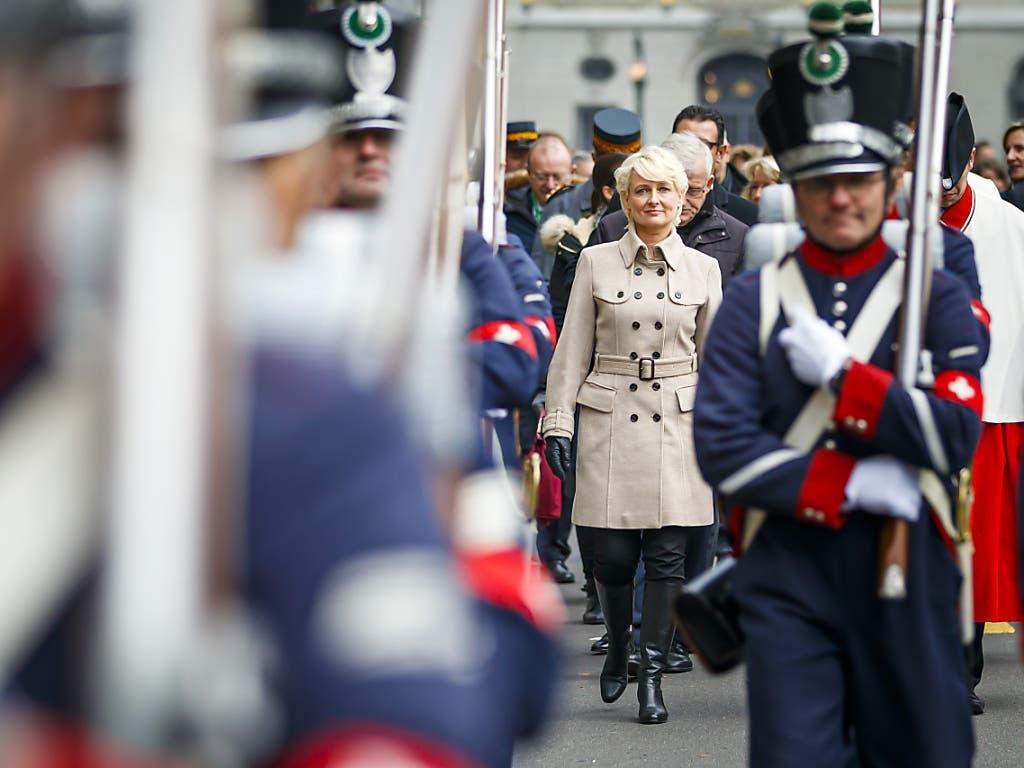 Anschliessend wurde die höchste Schweizerin durch die Bundesstadt zum Bahnhof Bern geleitet, von wo es zur Wahlfeier in den Kanton Waadt ging.