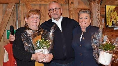 Am Dienstagabend durfte Hans «Hasä» Stadler die Malerinnen Dorli Kläger (links) und Annemarie Hugentobler zur Vernissage der dauerhaften Bilderausstellung während des Winterzaubers begrüssen.