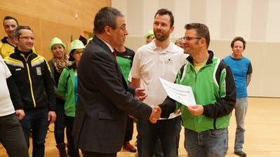 Markus Mauchle von der IG Sport (rechts) überreicht dem Gossauer Stadtpräsident Wolfgang Giella (links) ein Initiativbegehren zum Aussenbecken am Rand der Sitzung des Stadtparlaments Gossau am 3.12.19. (Bild: Johannes Wey)