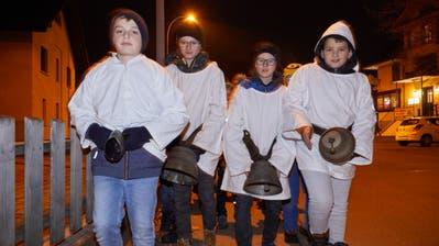 Schülerinnen und Schüler der 6. Klasse in Ermensee ziehen beim «Gongelen» durch die Strassen. (Bild: Jakob Ineichen (4. Dezember 2019))