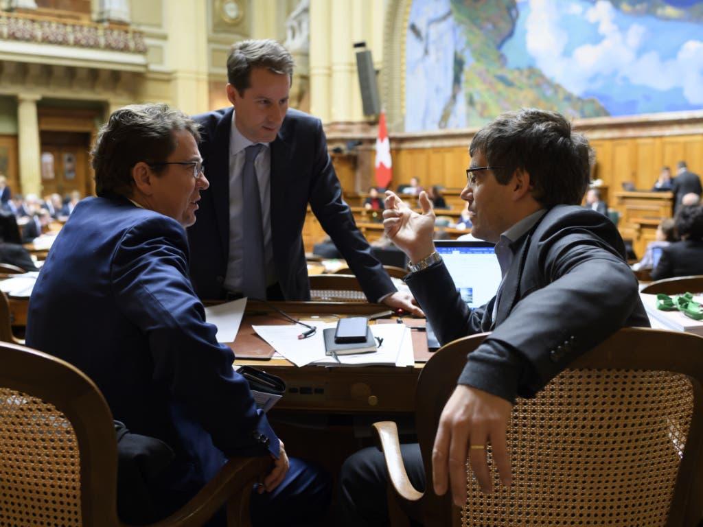 SVP-Parteipräsident Albert Rösti, Fraktionschef Thomas Aeschi (Mitte) und SP-Fraktionschef Roger Nordmann (rechts) während der Budgetdebatte im Nationalrat.