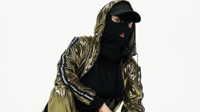 Maske und Blingbling: Jessica Jurassica bewegt sich gerne in der Hip-Hop-Szene und hält den Männern dort den Spiegel vor. (OliviaTalinaFosca)