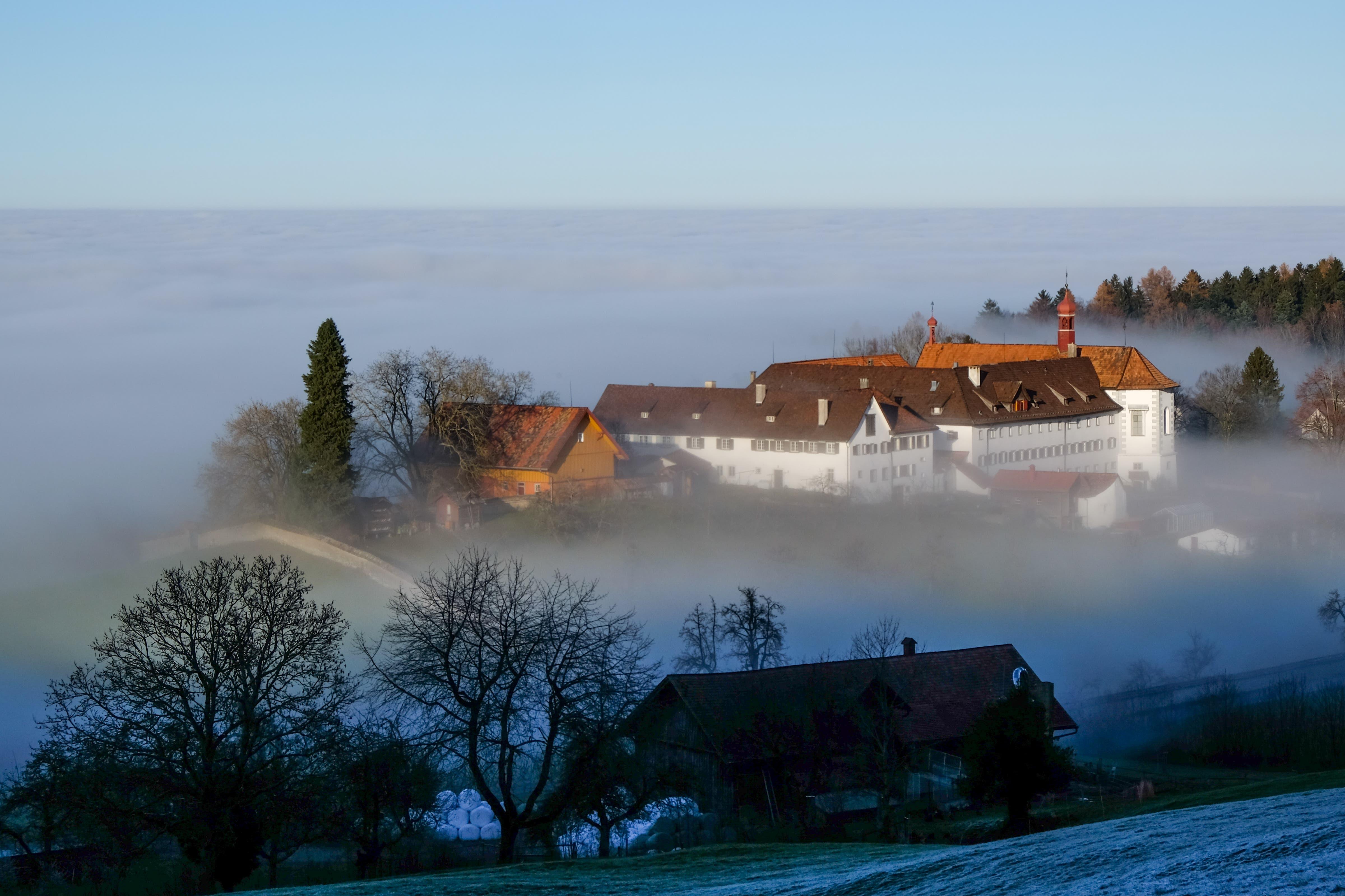 Das Kloster Notkersegg an der Nebelgrenze.