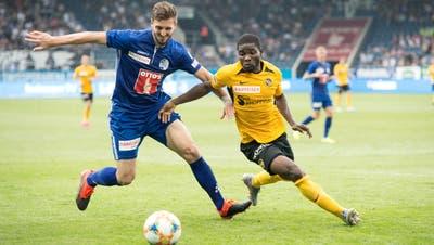 FCL-Verteidiger Simon Grether (links) duelliert sich mit Roger Assalé von den Young Boys. (Pius Amrein  (Luzern, 1.September 2019))