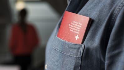 Das Schweizer Bürgerrecht führt zu einem höheren Lohn. (Keystone)