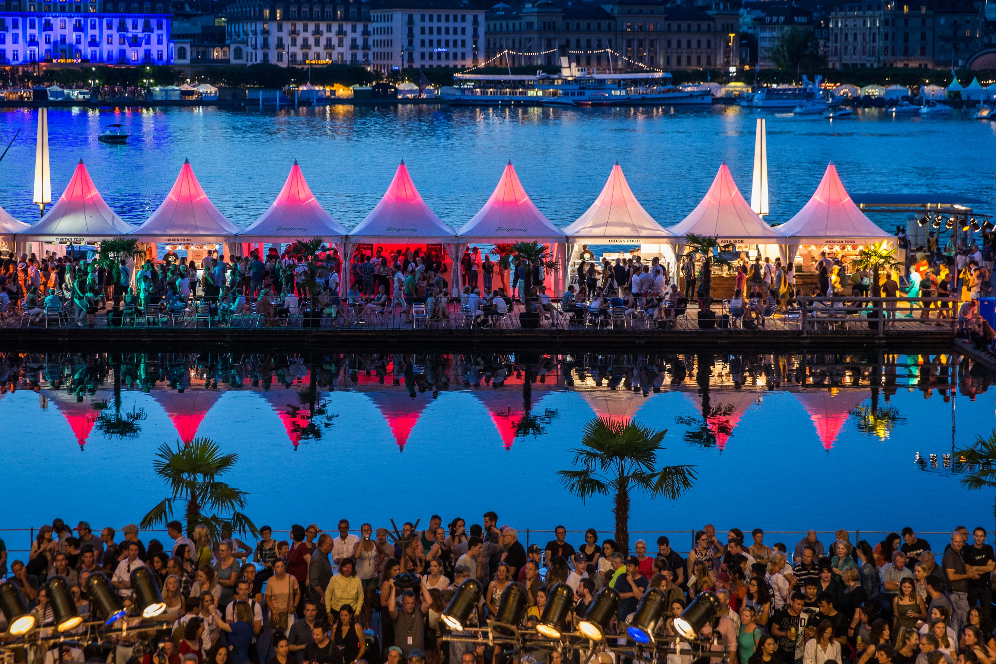Schönes Farbenspiel am Eröffnungsabend des diesjährigen Blue-Balls-Festivals.