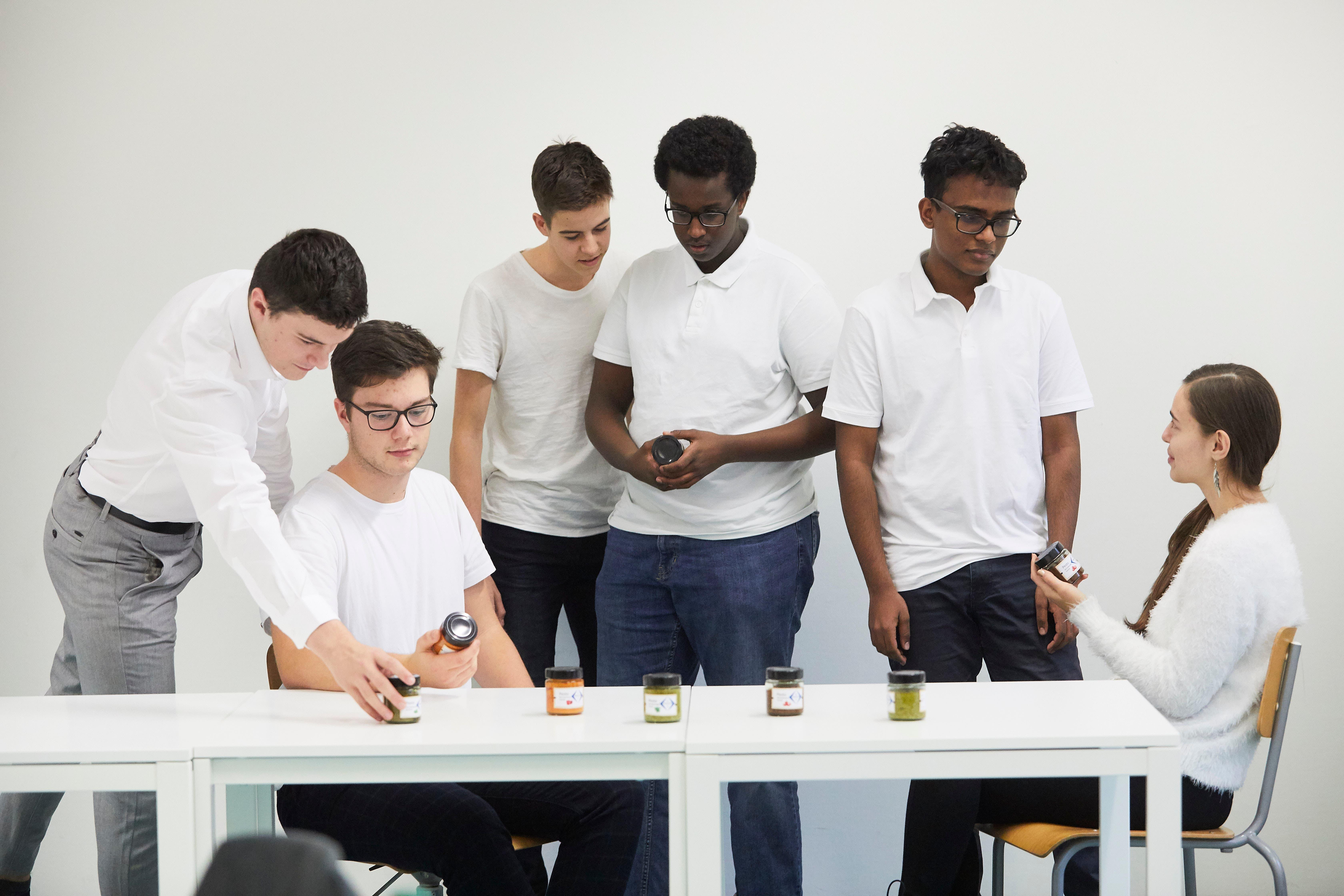 Das Mini-Unternehmen «Lusto» hat an Rezepten für Pestos getüftelt. Von links: Philipp Kron, Fabian König, Gian Greter, Abdirahman Cabdi Xassan, Abbinash Sathananthan und Ella Seeberger.
