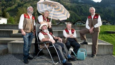 Die Muotathaler Wetterschmöckerposieren, bevor sie eine ihrer Wetterprognosen abgeben. Im Bild sind Martin Holdener (v.l.), Alois Holdener, Karl Hediger (Liegestuhl), Martin Horat und Peter Suter. (Corinne Glanzmann (Muotathal, 24. April 2015))