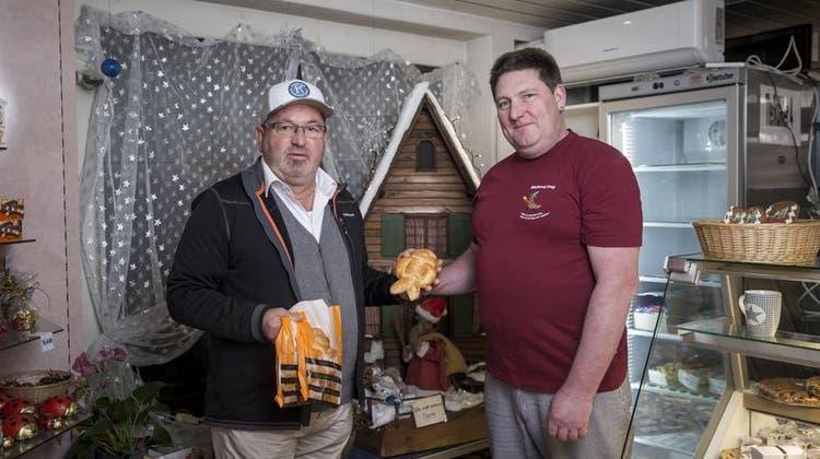 Ein Grittibänz kommt selten allein: Erwin Studer (links) vom Kiwanis Club holt bei Reto Frey von der Frey Bäckerei Neudorf eine Ladung Grittbänze ab. (Bild: Manuela Jans-Koch (6. Dezember 2019))