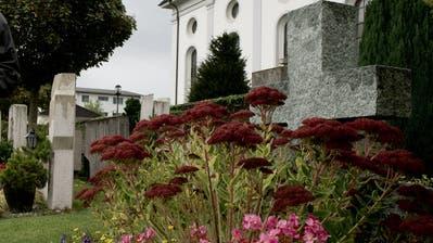 Hans Lander hört nach 50 Jahren als Bestatter auf. Lander fotografiert am 16. Oktober 2014 beim Friedhof in Rain. (Corinne Glanzmann, Neue Luzerner Zeitung)