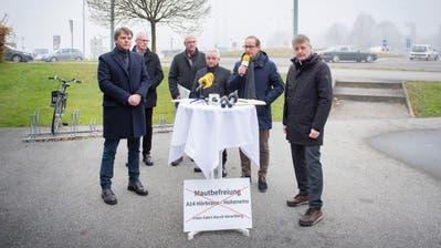 Fünf Gemeindepräsidenten und ihr Rechtsvertreter verkünden auf einem Parkplatz in Hohenems, wie sie die Aufhebung der Mautpflicht rückgängig machen wollen. (Bild: Urs Bucher)