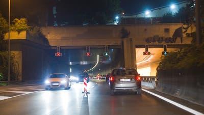 Gegenverkehr beim Ostportal der Stadtautobahn: Ab Mitte 2021 wird das Autofahrerinnen und Autofahrern während der Sanierung der St.Galler Hauptverkehrsachse wie schon im Herbst 2011 wieder blühen. (Bild: Urs Jaudas)