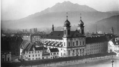 Im Februar 1949 begannen die Abbrucharbeiten am Hinterhaus des Freienhof. Blick vom Hirschengraben in den Innenhof mit dem Kunstpavillon (links). (Bild Stadtarchiv (Fotograf unbekannt))