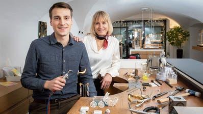 Calvin Gabler und seine Mutter Eveline Frischknecht im Juweliergeschäft an der Kugelgasse in der Altstadt von St.Gallen.