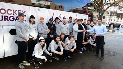 Im Beisein der Mannschaft gibt es vor der Abfahrt für Chauffeur Christian Dürr Äpfel aus den Händen von Trainer Jukka Ruotsalainen. ((Bild: Werner Lenzin))