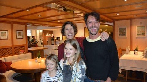 Die neue Tell-Familie: Matteo Schenardi (Tell), Franziska Heinzer (Hedwig) Mayra Heinzer (Walter, rechts) und Alma Heinzer (Wilhelm). (Christian Tschümperlin, Urner Zeitung)