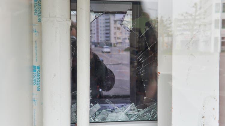Der schlanke Einbrecher verschaffte sich durch das eingeschlagene Fenster Zugang zum «Städtli-Kiosk» ((Bild: Donato Caspari))