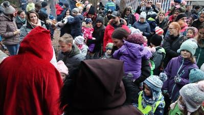 Samichlaus und Schmutzli durften sich bei der Lommiser Bürgerhütte eine Vielzahl von Sprüchlein anhören. ((Bilder: PD))