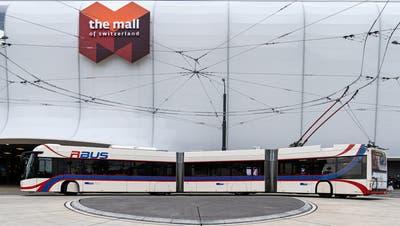Der 1er-Bus während einer Testfahrt vor der Mall of Switzerland. (Noël Schuler/VBL (Ebikon, 9. Dezember 2019))