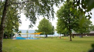 Während einer dreijährigen Pilotphase ist der Eintritt insChamer Strandbad kostenlos. (Bild: Maria Schmid (21. Juli 2016))
