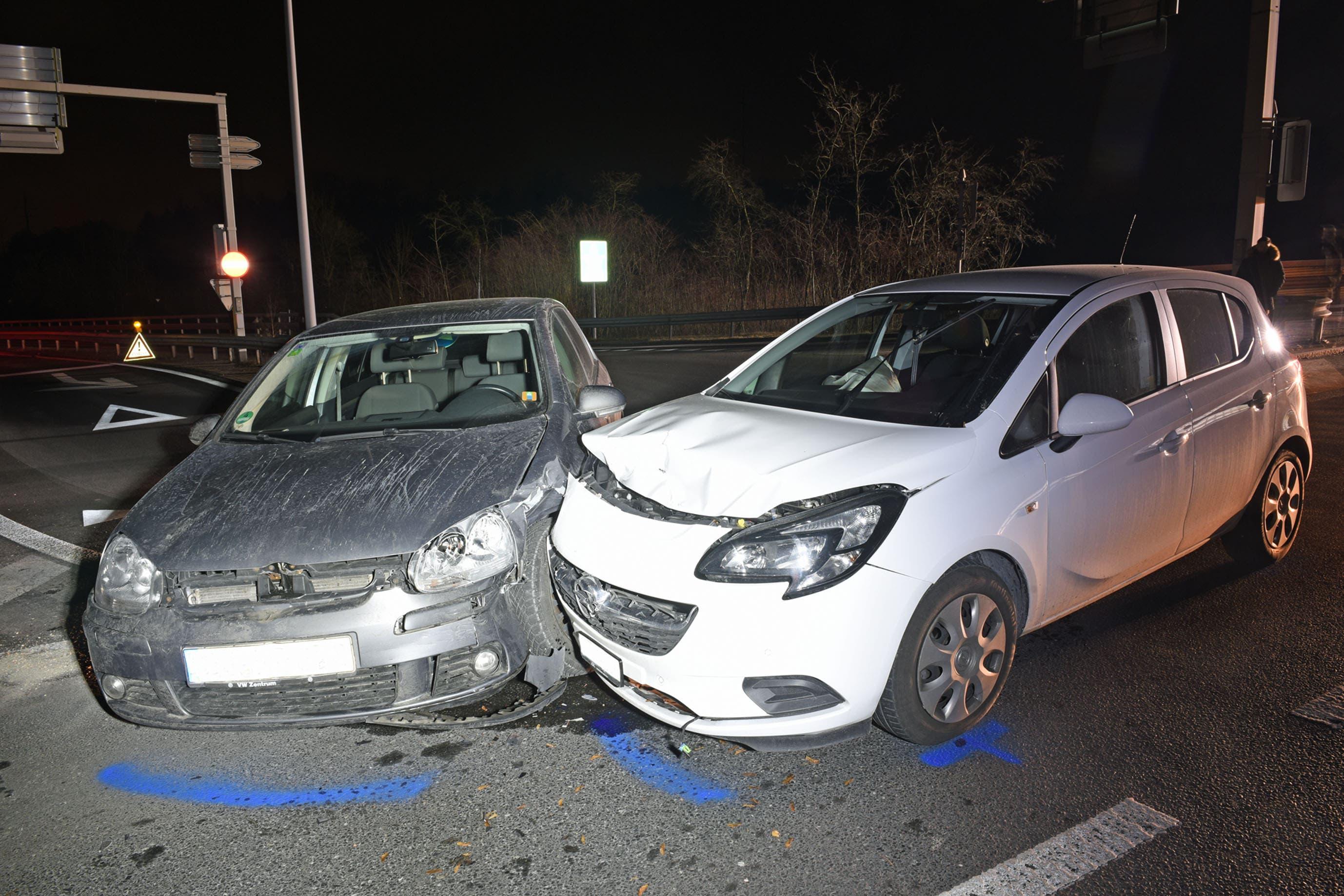 Ebikon - 31. Januar 2019Bei einer seitlich-frontalen Kollision bei der Autobahnausfahrt Emmen-Süd kamen beide Lenker mit dem Schrecken davon. Beim Unfall entstand ein Sachschaden in der Höhe von rund 25'000 Franken. (Bild: Luzerner Polizei)