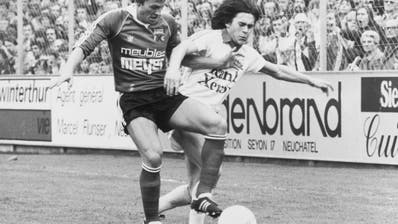 Hanspeter Zwicker (rechts) im Duell mit Rainer Hasler, in einem Spiel des FC Zürich gegen Xamax in Neuenburg. (Bild: Walter L. Keller/RDB (1985))