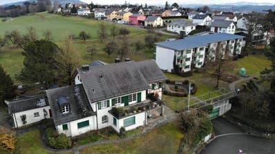 Das Chürzi-Areal in Wigoltingen mit der Villa Fleig und dem Block mit den Mietwohnungen im Hintergrund. (Bild: Mario Testa)