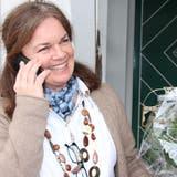 Gaby Müller nimmt am Telefondie ersten Glückwünsche zu ihrer erfolgreichen Wahl entgegen. (Bild: Barbara Hettich)
