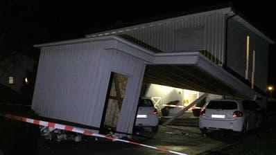 Wie gross die Schäden durch das Sturmtief «Uwe» sind, wird man gemäss St.Galler Kantonspolizei erst am Montagmorgen bei Tagesanbruch beurteilten können. (Bild: Kapo SG)