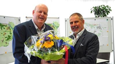 Der abtretendeGemeindepräsident Othmar Schmid übergibt seinem Nachfolger Thomas Ochs (links) die Blumen. (Bild: Sabrina Bächi)