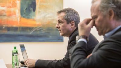 Gemeindepräsident Daniel Gasser (links) und Felix Meyer, Geschäftsleiter Genossenschaft Migros Luzern analysieren das Abstimmungsergebnis. (Bild: Nadia Schärli, Ebikon, 10. Februar 2019)