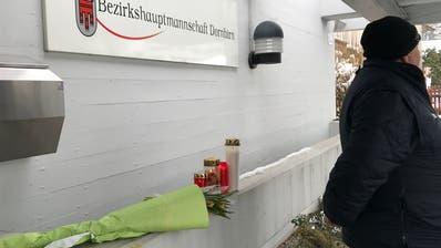 In der Bezirkshauptmannschaft erinnern Blumen und Kerzen an das Attentat auf den Sozialamtsleiter. (Bild: PD)