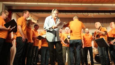 Der Männerchor Buch und Dirigent René Aebi als Rapper. (Bild: Christine Luley)